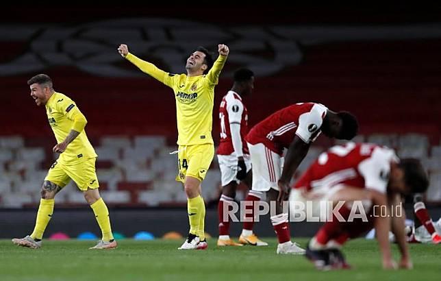 Pemain Villareal, Juan Foyth (kiri) dan Manu Trigueros  (tengah) melakukan selebrasi di akhir pertandingan leg kedua semifinal Liga Europa antara Arsenal dan Villarreal di Emirates Stadium di London, Inggris, Jumat (7/5) dini hari WIB. Pertandingan berakhir 0 -0, Villarreal memenangkan pertandingan dengan agregat 2-1.
