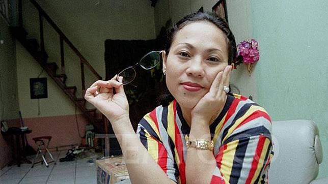 Nunung dalam pemotretan di Jakarta, 1999. Nama Nunung melejit lewat sinetron Si Doel Anak Sekolahan. yang tayang di layar kaca pada 1994. Dok. TEMPO/Rini PWI