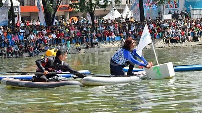 Detik-detik saat Menteri Kelautan dan Perikanan Susi Pudjiastuti meraih bendera finish pertama dalam lomba adu cepat dalam Festival Danau Sunter, Jakarta Utara, 25 Februari 2018. TEMPO/Maria Fransisca Lahur.