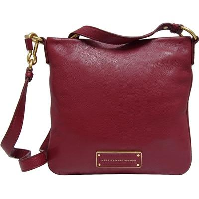 袋口以拉鍊開合,內設一拉鍊袋,一萬用袋,一手機袋可置手機、皮夾、手冊、I PAD MINI等物品