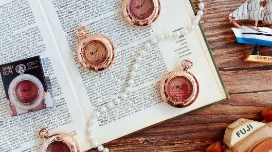 眼影控必收!超高顏值的愛麗絲奇幻風懷錶眼影就要美哭你!