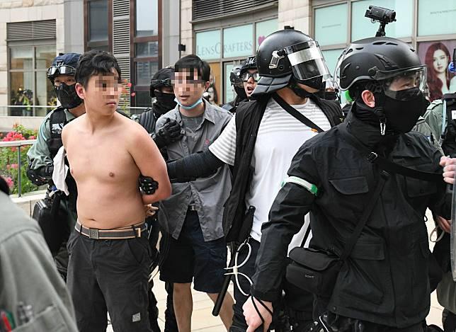 將軍澳一名醫生(灰衣者)在示威中被捕。資料圖片