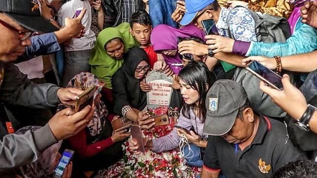 Viral Warga Selfie di Makam BJ. Habibie, Pantaskah?