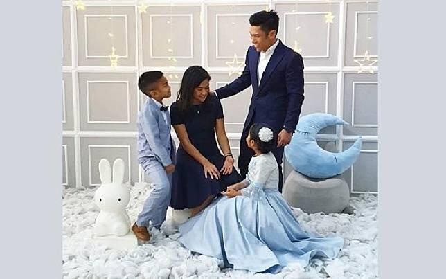 Dian Sastro beserta suami dan kedua anaknya (Instagram @therealdisastr).jpg