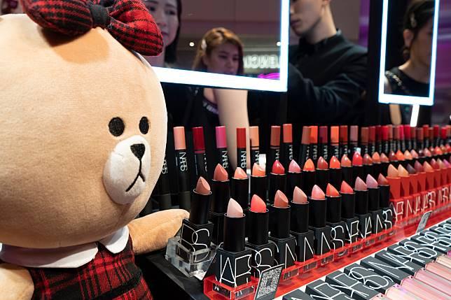 還有黑色包裝的Iconic lipstick($250/支),一口氣推出60隻新色,分透亮、絲絨、霧面三個妝效。
