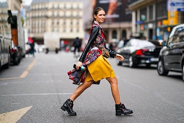 襯短裙顯瘦:喜歡穿短裙露美腿的女生,別以為笨重的行山鞋會不合襯,看潮女的示範感覺既年輕又有活力,而且大舊的行山鞋令雙腿看起來有顯瘦效果。(互聯網)