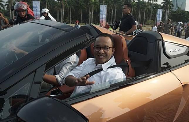 Anies Baswedan saat konvoi mobil listrik menggunakan BMW i8.