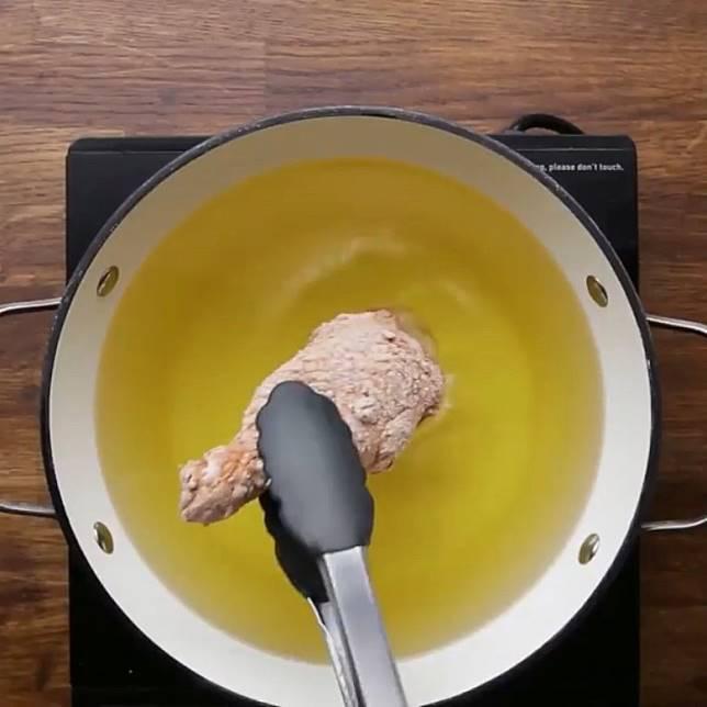將雞塊放入滾油中炸至金黃色即成。(互聯網)