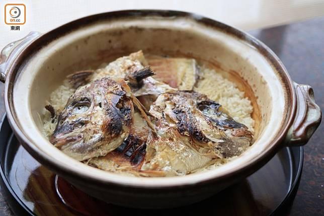 沙鍋鯛魚飯不單魚肉鮮味夾雜飯香撲鼻,大廚更會即場為你細心拆肉拌飯。(李家俊攝)
