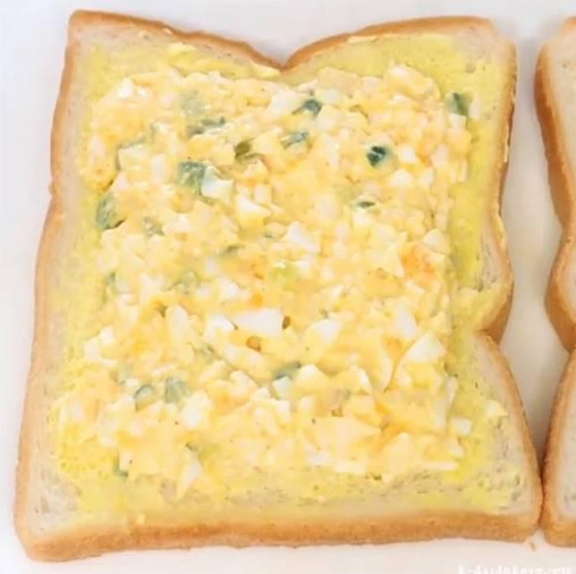 餡料用雞蛋、蛋黃醬、黃瓜、洋葱、忌廉芝士調製而成。 (互聯網)