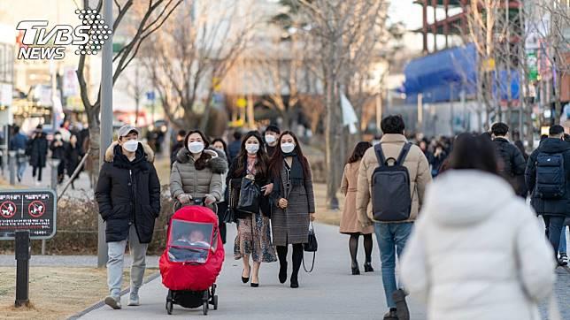 南韓疫情失控,民眾不敢輕忽紛紛戴上口罩。(圖/TVBS)