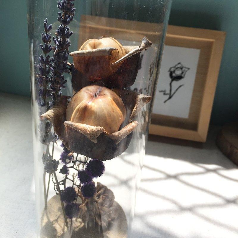 創作過程- 成雙依偎著的木玫瑰,是可遇不可求的緣分(大多數都是單朵),配上金色的細沙跟乾燥花材,我們擁有一個屬於自己的