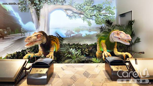 海茵娜飯店大阪心齋橋主打2隻恐龍機器人擔任櫃台招待工作,令人眼睛一亮、耳目一新(圖/易遊網 提供)