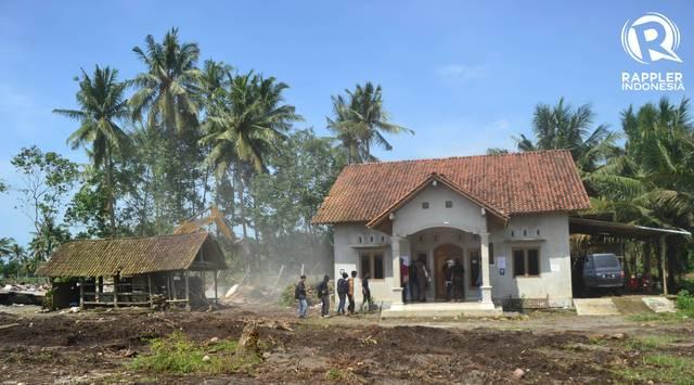 DIGUSUR. Otoritas setempat di Kulon Progo menghancurkan rumah warga di Desa Glagah pada Senin, 4 Desember. Foto oleh Dyah Ayu Pitaloka/Rappler