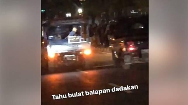 Balapan mobil tahu bulat yang viral. (Facebook/Ferry Agustiar)