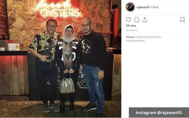 Bubu mantan pacar Syahrini tengah berpose bersama kedua orangtuannya yang gaul.