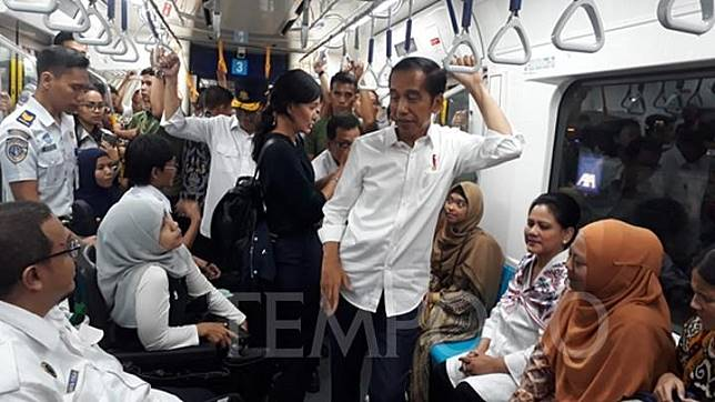Presiden Joko Widodo atau Jokowi didampingi Menteri Perhubungan Budi Karya Sumadi menyapa penumpang disabilitas di MRT jurusan Lebak Bulus - Bunderan HI pada Kamis petang, 21 Maret 2019. TEMPO/Francisca Christy Rosana