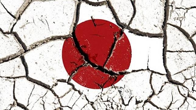 Ilustrasi gempa Jepang. Tanah retak bergambar bendera Jepang. [Shutterstock]