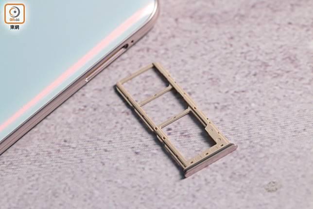 真3卡槽設計,可同時安裝兩張SIM卡及一張microSD卡。(胡振文攝)