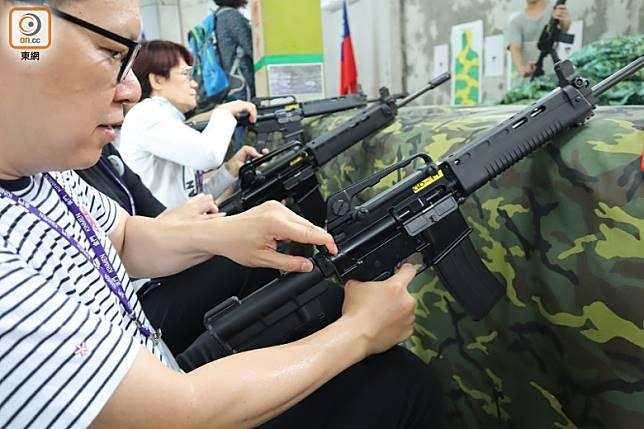 大家也要手拿步槍,學習如個瞄準和換彈匣。(劉達衡攝)