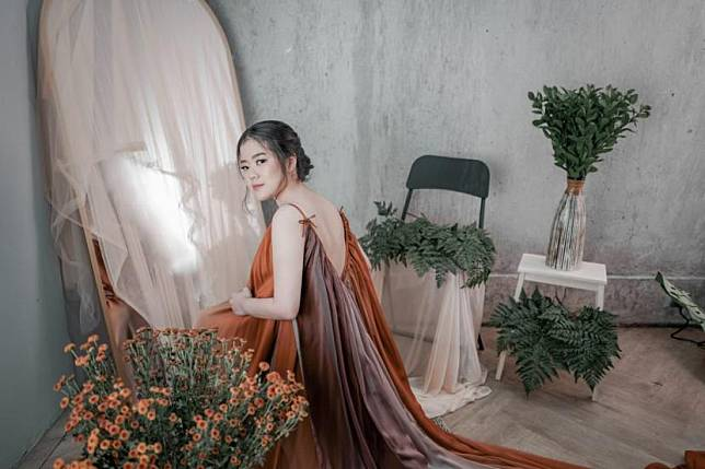 Penyanyi pendatang baru asal Tangerang, Gratia Elena, merilis lagu musikalisasi puisi S.T.A.R (English Version).