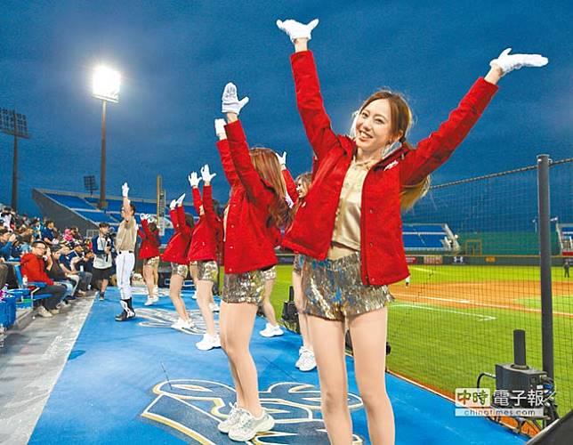 Lamigils比賽中載歌載舞吸引全場球迷目光。(陳怡誠攝)