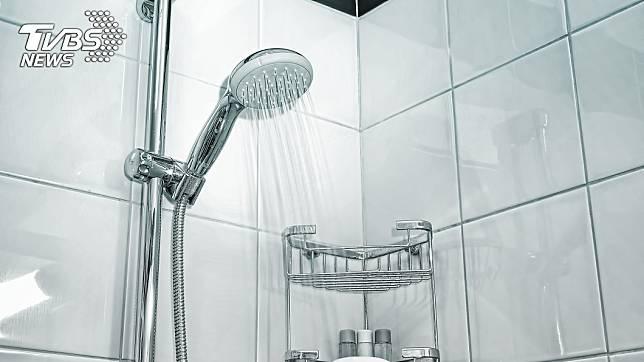 網路謠言洗澡時不能先洗頭,否則恐導致中風。(示意圖/TVBS)