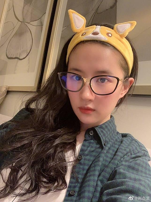 劉亦菲戴住藍光眼鏡。