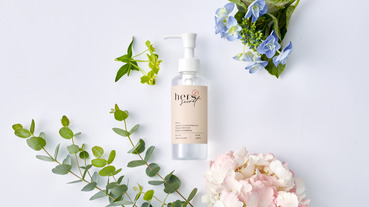 hers「她的秘密山茶花保濕卸妝油」多種天然植物精萃,以油溶油,不只是乾淨,更要美麗。