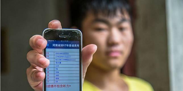 Pemuda Ini Rela Bekerja Demi Kesembuhan Adiknya (Foto: World Of Buzz)