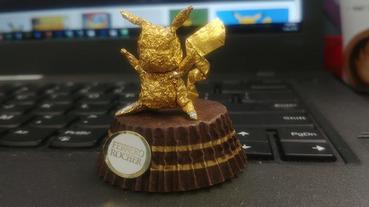 巧手捏捏巧克力包裝變成金色雕像