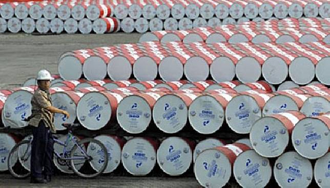 Pertamina employee is seen checking barrels of lubricants at the Pertamina Depo, Plumpang, jakarta. (31/12). ANTARA/Prasetyo Utomo