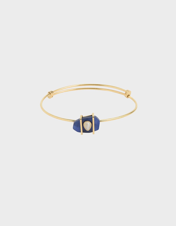 細緻的金屬光澤將礦石的湛藍烘托而出,營造柔情似水、堅毅如鋼的都會形象。每款飾品的天然半寶石均有色澤差異。