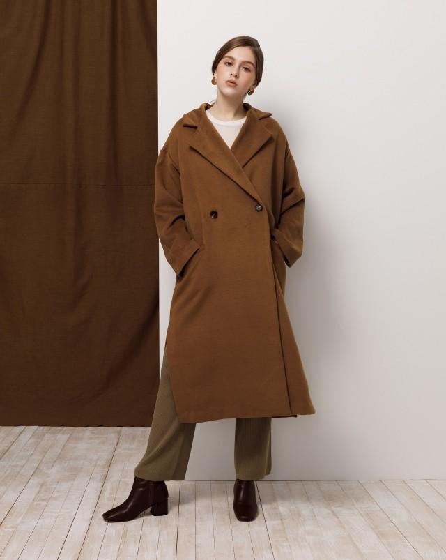 毛呢材質/翻領造型/此款為長版版型,搭配側開岔設計/附有口袋/無內裡,做包邊設計