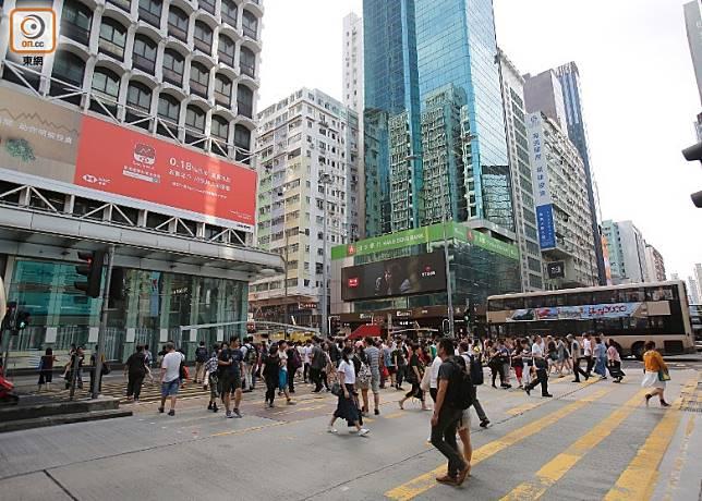 香港生活壓力大加上物價高昂,近年不少港人打算移民。