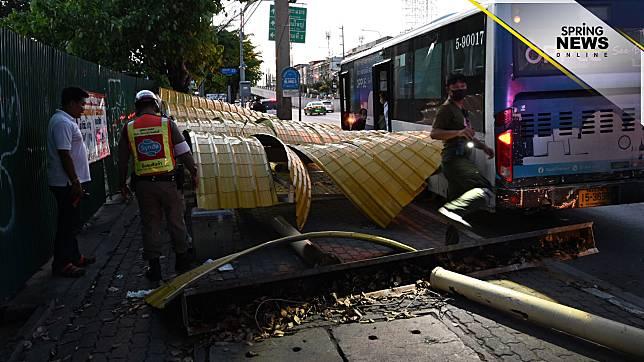 ระทึก! รถเมล์สาย 140 ชนป้ายถล่มลงมาทั้งหลัง ทับผู้โดยสารบาดเจ็บสาหัส