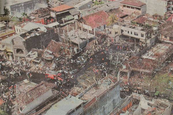 Suasana di Kuta, Bali, pascaledakan dahsyat dua bom dalam waktu hampir bersamaan pada Sabtu (12/10).