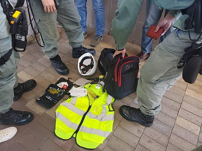 警方搜查懷疑持假記者證男子的物品。