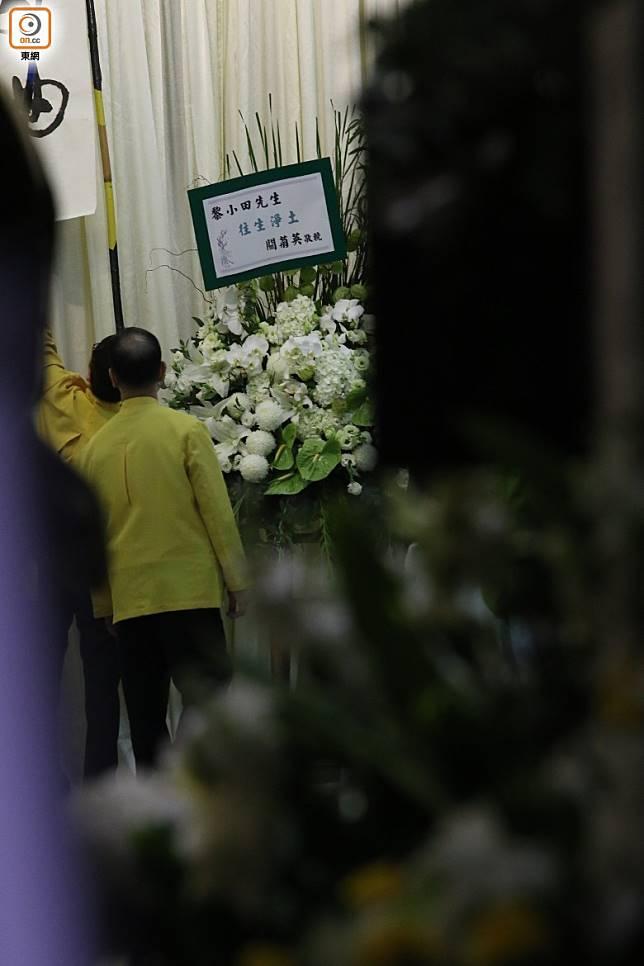 前妻關菊英的花圈獲擺放於靈堂前。