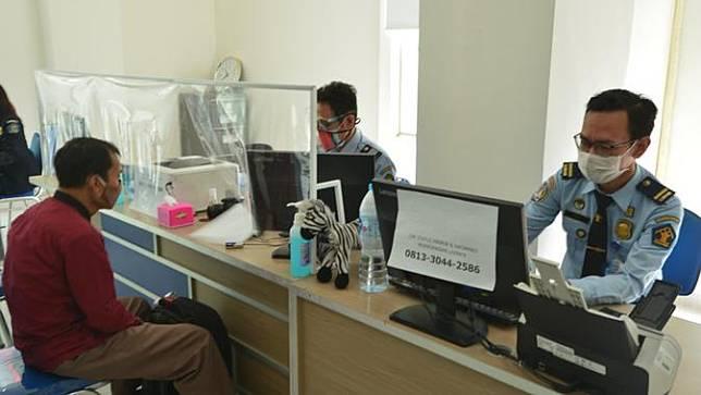 Imigrasi Jatim buka layanan di 9 kantor daerah selama PPKM Level 3 di Jatim. (Dian Kurniawan/SIAPGRAK.COM)
