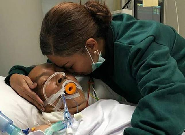 Ekki Soekarno dipeluk istrinya, Soraya Haque selama koma di RS Pondok Pondok Indah, Jakarta.