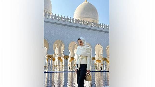 Raline Shah saat mengunjungi Masjid Agung Sheikh Zayed di Abu Dhabi, Uni Emirat Arab. Instagram.com/@ralineshah