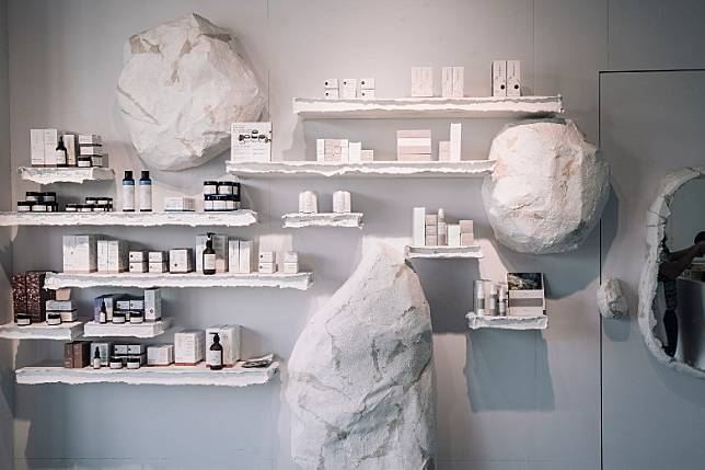 新店秉承一貫的簡約北歐風,由牆身、層架、地板等,都以呈現素材質感為大前提。(互聯網)
