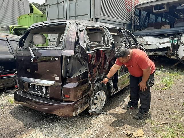 Ban Suzuki APV pecah yang diduga menjadi penyebab tergulingnya mobil ini