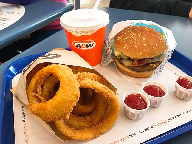 A&W採用新鮮牛肉製作漢堡,必叫熱辣辣炸洋蔥圈及「沙士」。