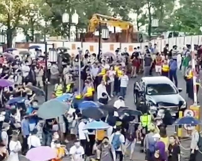 示威者包圍聶德權汽車。有線截圖