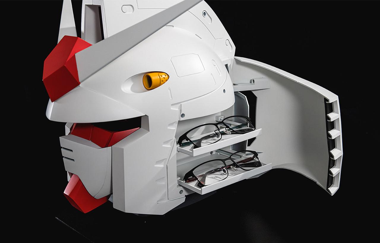 頭的左右兩側各有兩個收納空間,可以收納眼鏡和墨鏡。