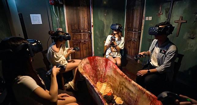 玩家戴上VR器材後,眼前的恐怖大宅更具體化,故事中的女鬼亦會隨時在黑暗中衝向面前,令你膽戰心驚,配上毛骨悚然的童謠歌曲,進一步挑戰玩家的膽量。為保命求存,玩家必須利用手上的儀器射殺女鬼,解救全隊隊員。(互聯網)