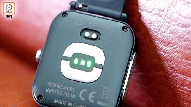 Vibrante錶帶用上常見的快拆生耳,加上闊度為20mm的錶帶,更換錶帶非常方便。(張錦昌攝)