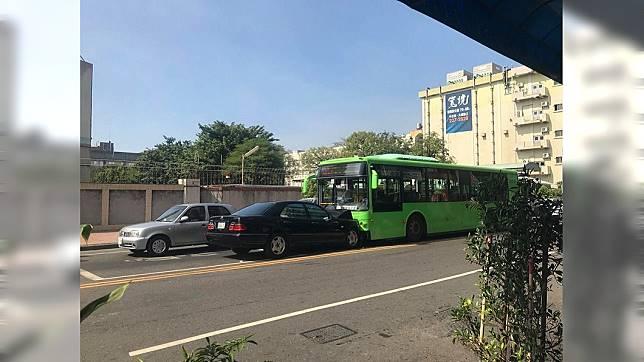 賓士逆向與公車對撞。圖/爆料公社